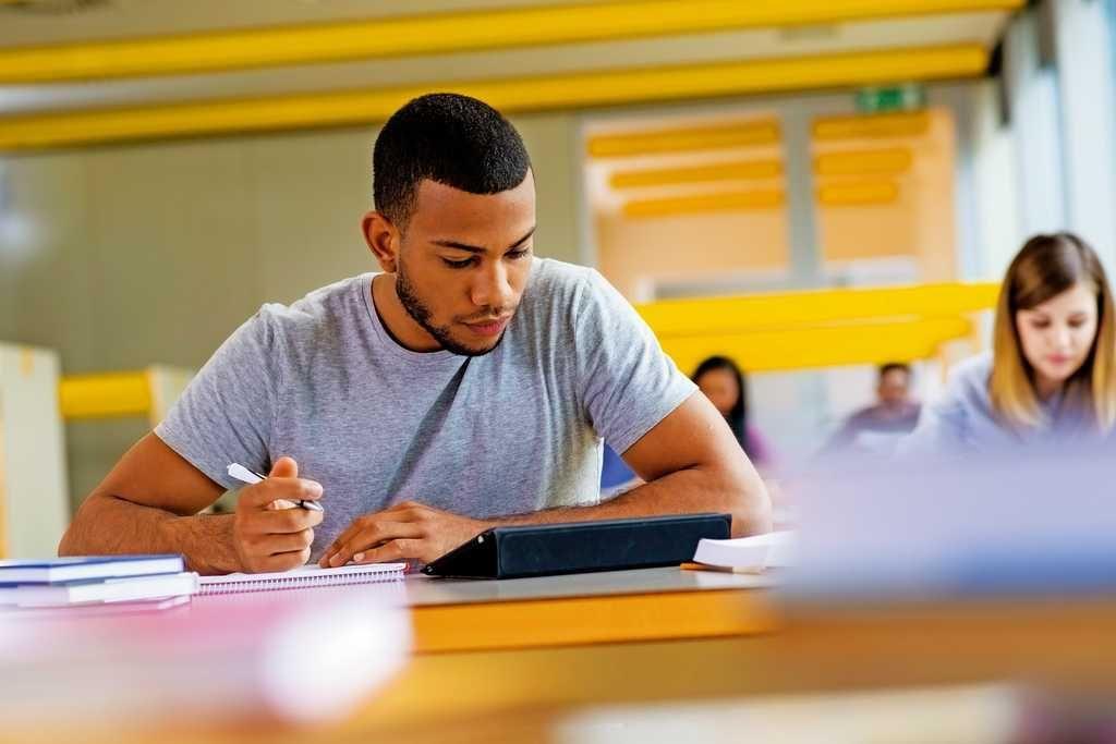 Juventud, aprendizajes y transformaciones curriculares en América Latina